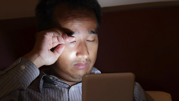 Ir para cama com celular ou tablet pode tirar o sono